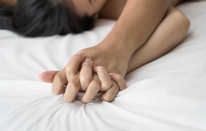 Quan hệ tình dục không đúng cách, quá thô bạo dẫn đến việc chảy máu vùng kín
